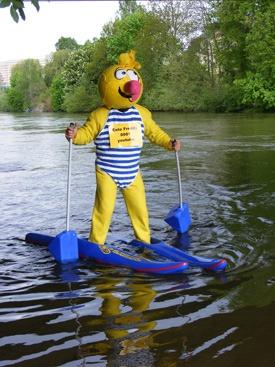 Ente Freddy läuft auf dem Wasser