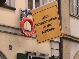 """Werbespass in der Unteren Sandstrasse 16 in Bamberg: """"Letzte Schwimmschule vor der Autobahn"""""""